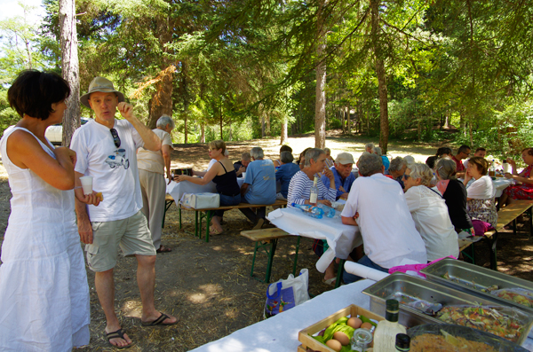 Les participants attablés en pleine discussion